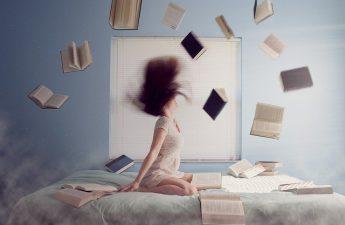 Kobieta z książkami na łóżku
