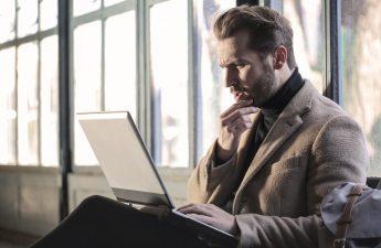Biznesmen z komputerem