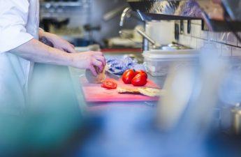 Człowiek pracujący w kuchni