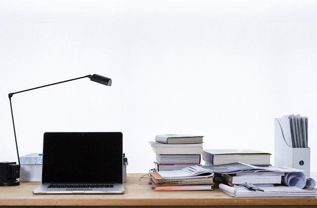 Biurko z laptopem i ksiązkami