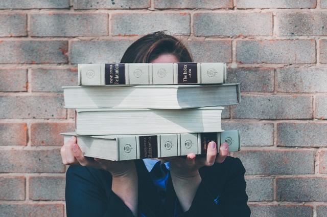 Dziewczyna trzymająca książki